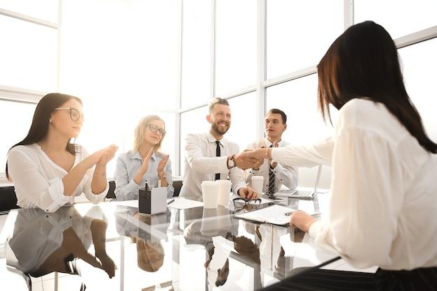 Los empleadores felicitan al empleado por su ascenso