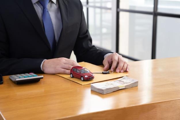 Empleados del banco sentados a la mesa de madera y ofrecen promociones de préstamos para automóviles