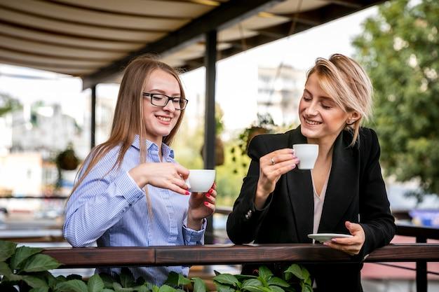 Empleados corporativos de ángulo bajo disfrutando de café