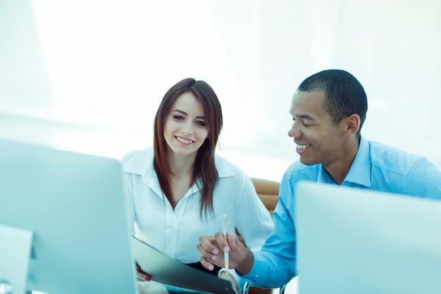 Empleados discutiendo documentos financieros sentados en un escritorio