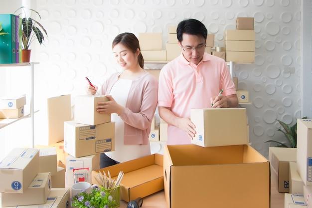 Los empleados escriben nombres, direcciones y códigos postales en la parte frontal del paquete.