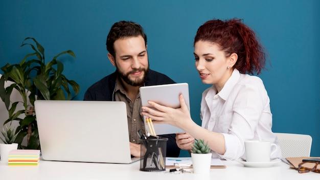 Empleados intercambian ideas juntos