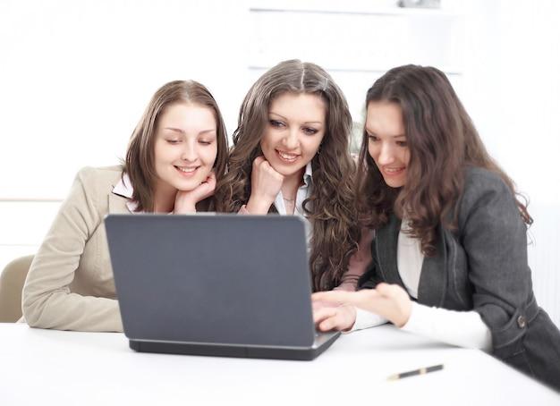 Empleados más jóvenes mirando la pantalla del portátil en la oficina.foto con espacio de copia