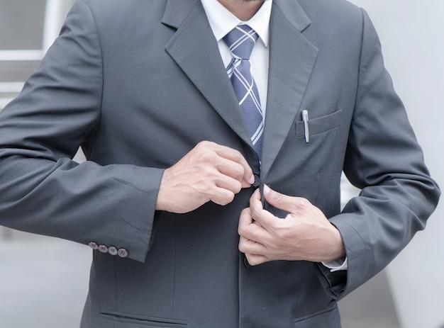 Los empleados se ponen el traje para ir a trabajar