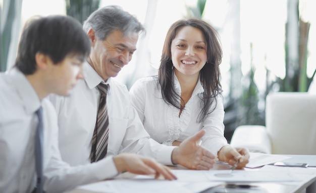 Empleados de primer plano que trabajan con documentos en la oficina