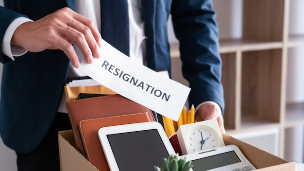 Empleados que tienen la intención de dejar el trabajo con cartas de renuncia para renunciar o cambio de trabajo al dejar la oficina, desempleo, concepto de renuncia