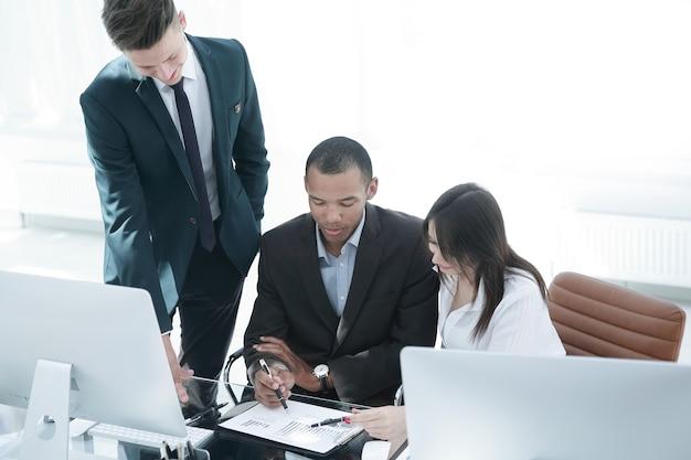 Empleados que trabajan con documentos financieros en la oficina. vida de oficina.