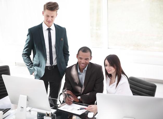 Empleados que trabajan con documentos financieros
