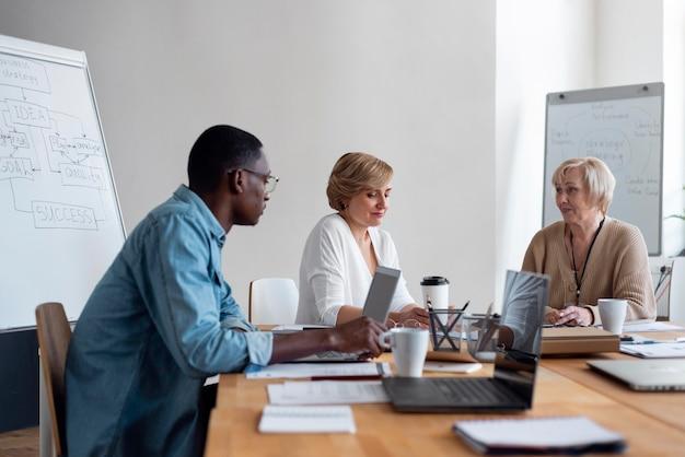 Empleados en reunión de negocios