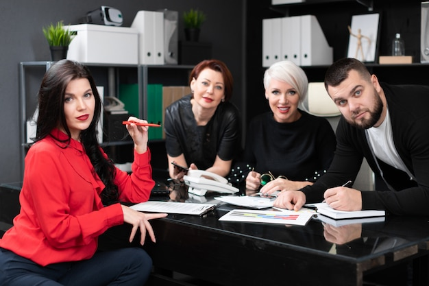 Empleados sonrientes hablando en el lugar de trabajo