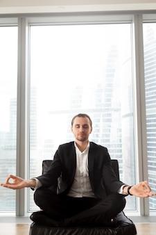 Emprendedor se concentra en pensamientos positivos.