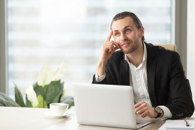 Emprendedor imagina resultado positivo de trabajo.