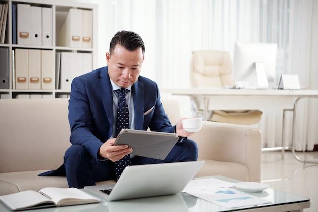 Emprendedor leyendo noticias