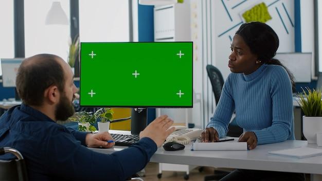 Emprendedor paralizado explicando la evolución financiera apuntando a la pantalla verde