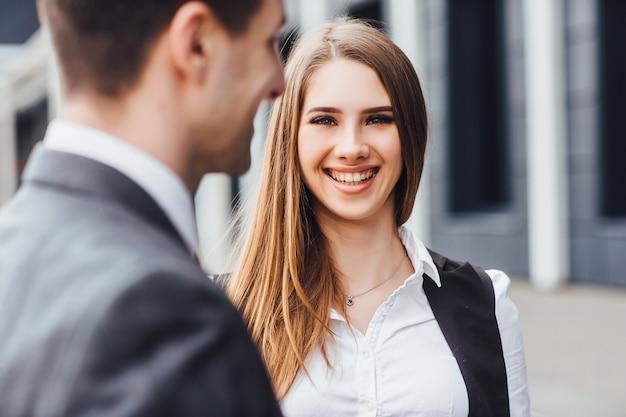 ¡emprendedor sonriente con emociones alegres!