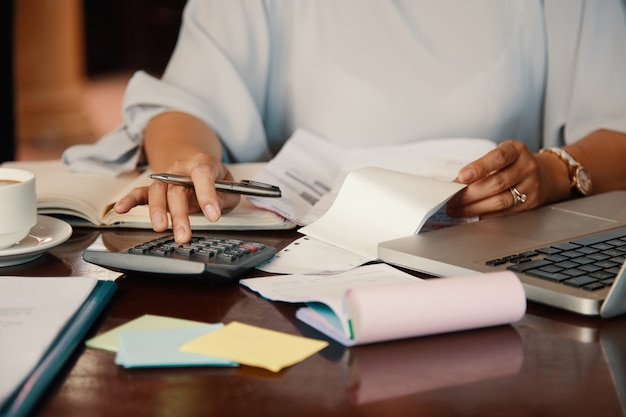 Emprendedor trabajando con facturas