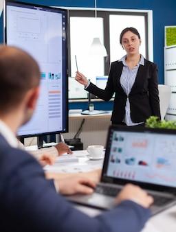 Emprendedora de inicio en reunión de negocios con equipo