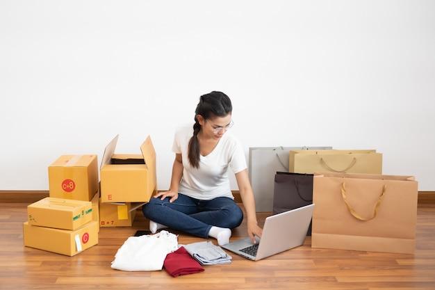 Emprendedora de pequeñas empresas, pyme, estilo de vida de nueva generación de jóvenes emprendedores que usan computadoras portátiles para negocios en línea