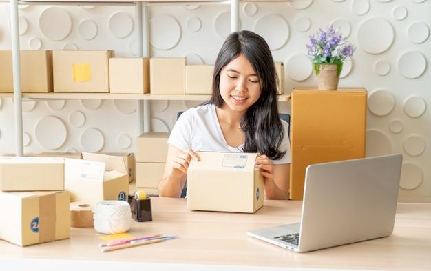 Emprendedora de pequeñas empresas pyme o mujer independiente que trabaja en casa