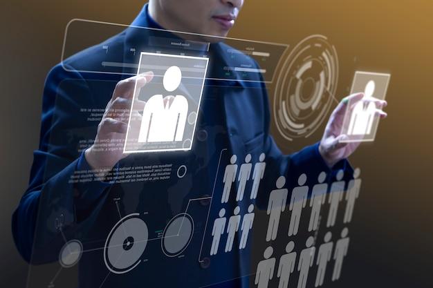 Empresa administrando un tablero virtual.