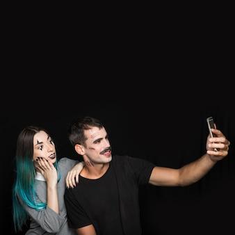 Empresa alegre tomando selfie