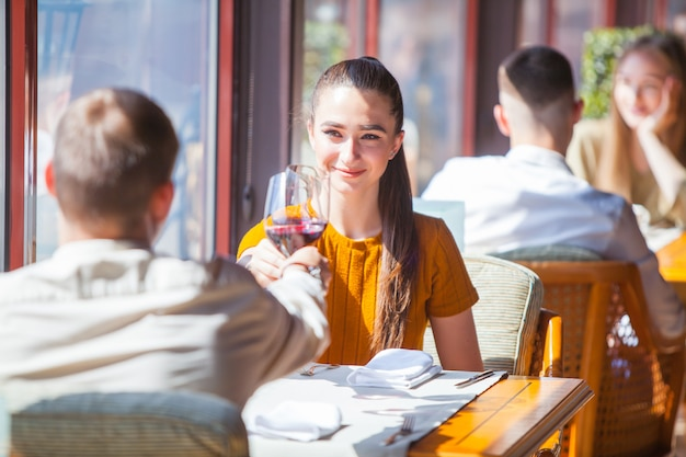 Empresa de amigos celebra reunión en un restaurante.