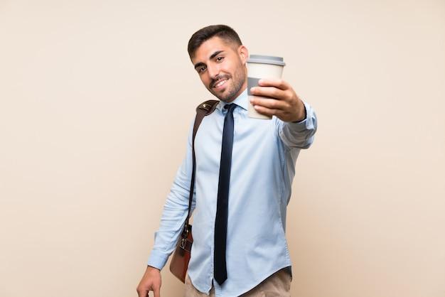 Empresa joven con barba sosteniendo un café para llevar