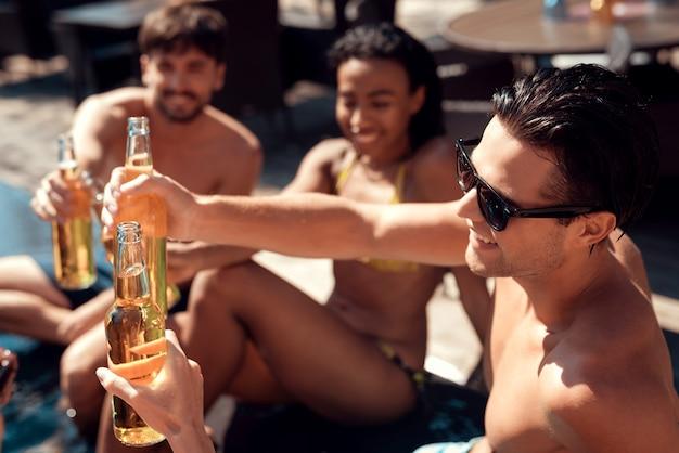 Empresa sonriendo amigos divirtiéndose en la piscina