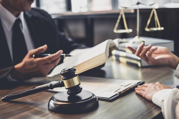 Empresaria y abogado o juez consejero que tiene reunión del equipo con el cliente
