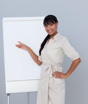 Empresaria afroamericana dando una presentación