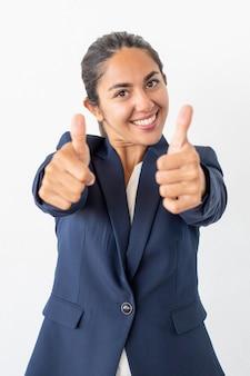 Empresaria alegre que muestra los pulgares para arriba