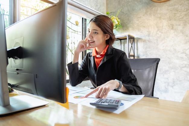 La empresaria analiza y situación en la estrategia del mercado con el socio por video conferencia.
