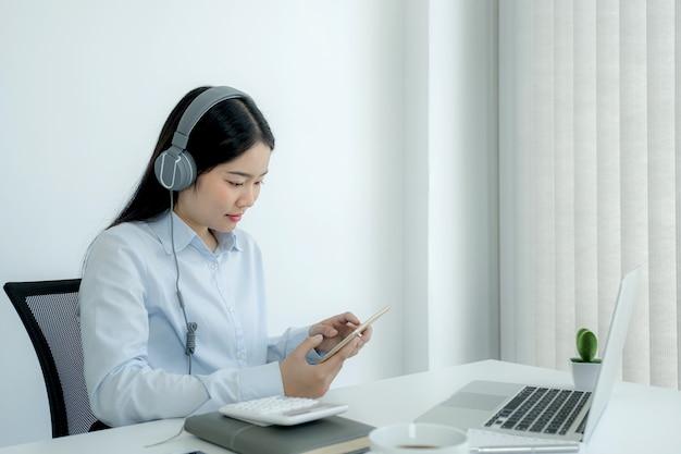 La empresaria analiza la tabla y la reunión de videoconferencia con computadora portátil en la oficina en casa para establecer objetivos comerciales desafiantes y planificar para lograr el nuevo objetivo.