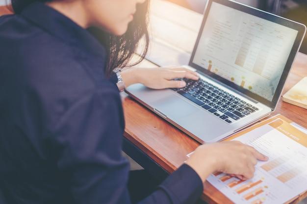 Empresaria analizando datos juntos en trabajo en equipo para planear y poner en marcha un nuevo proyecto
