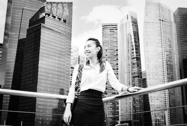 Empresaria asiática en una ciudad