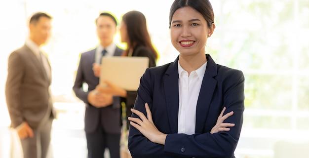 Empresaria asiática con equipo de negocios