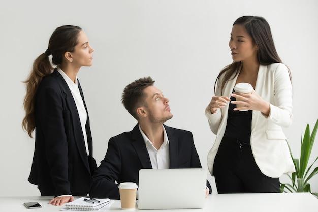 Empresaria asiática explicando el nuevo enfoque de negocios para el equipo ejecutivo milenario