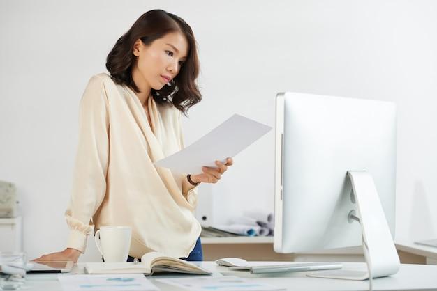 Empresaria asiática ocupada trabajando