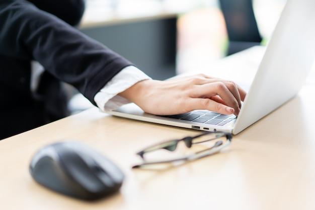 Empresaria asiática en la oficina trabajando duro. síndrome de office y adicto al trabajo en concepto de personas de oficina. empresaria que trabaja duro en la oficina que tiene un problema de salud.