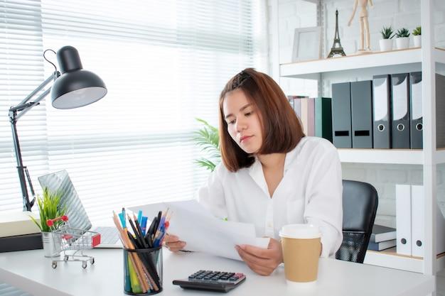 Empresaria asiática que trabaja en oficina