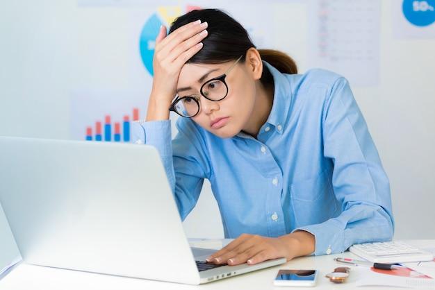 Empresaria asiática situación estresante mientras trabaja- conceptos de negocios y finanzas.