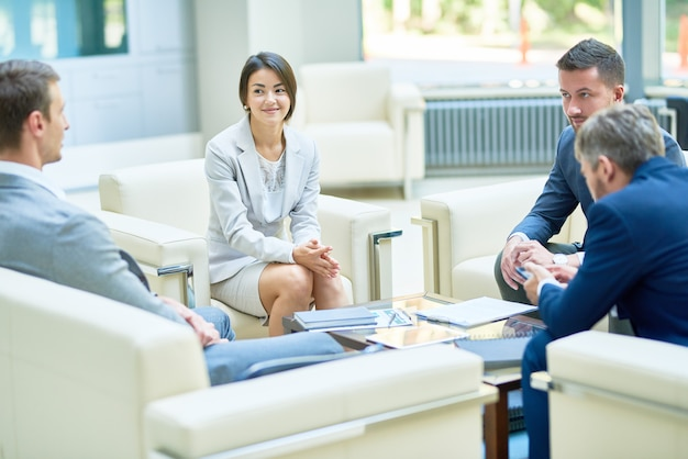 Empresaria asiática sonriente en la reunión