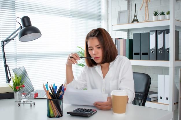 Una empresaria asiática se toma en serio el análisis financiero en la oficina. concepto de analista financiero.