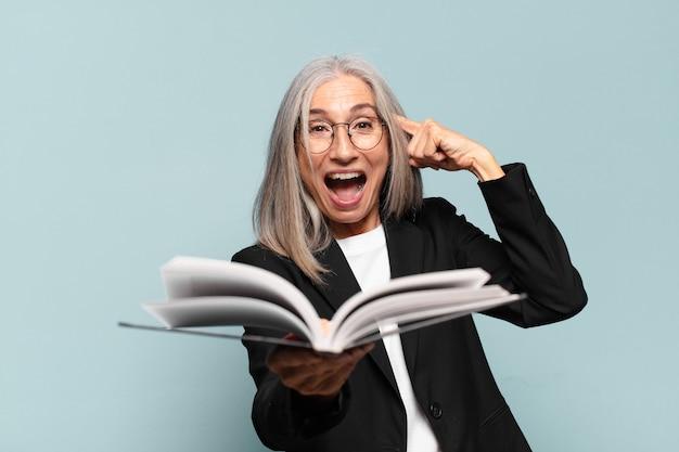 Empresaria bastante senior con un libro