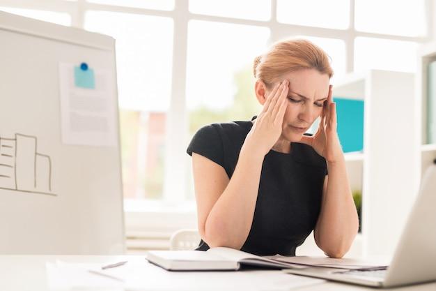 Empresaria bonita que tiene dolor de cabeza