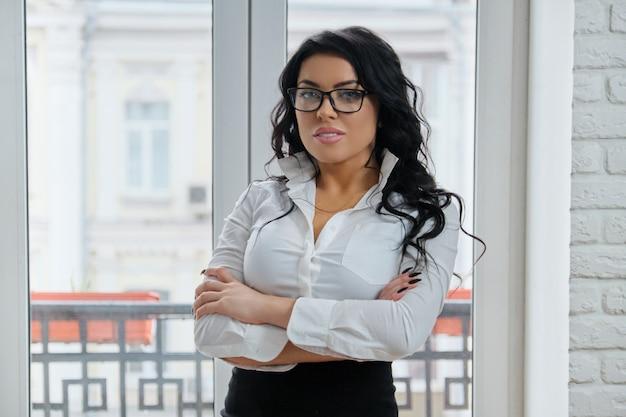 Empresaria en una camisa blanca y falda negra