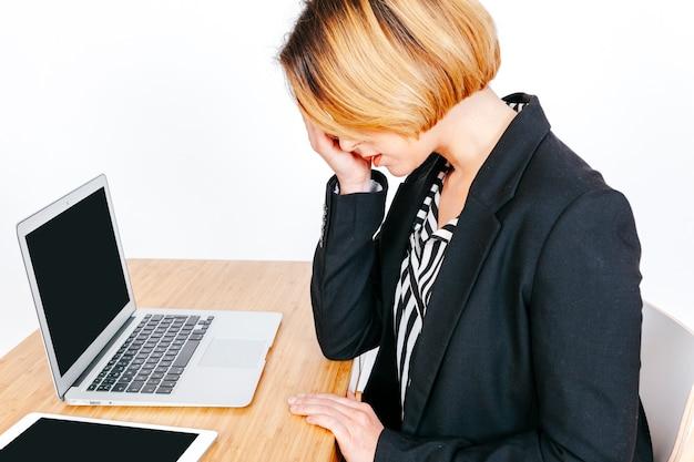 Empresaria cansada con dolor de cabeza