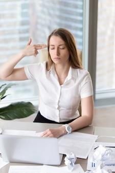 Empresaria cansada con pensamientos suicidas.