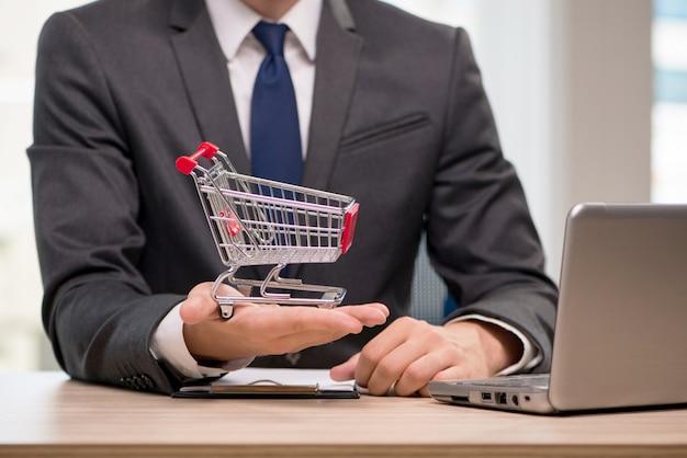 Empresaria con carrito de la compra
