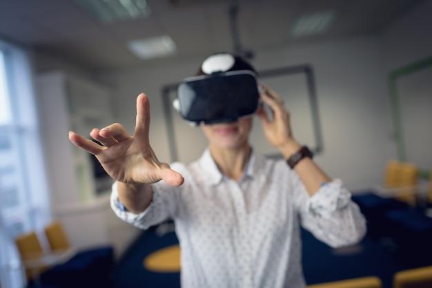 Empresaria con casco de realidad virtual